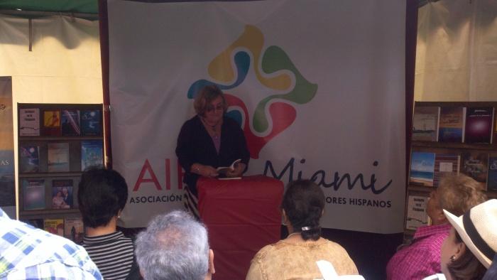 La poeta Josefina Ezpeleta, poeta invitada al recital que ofreció AIPEH Miami durante la Feria.