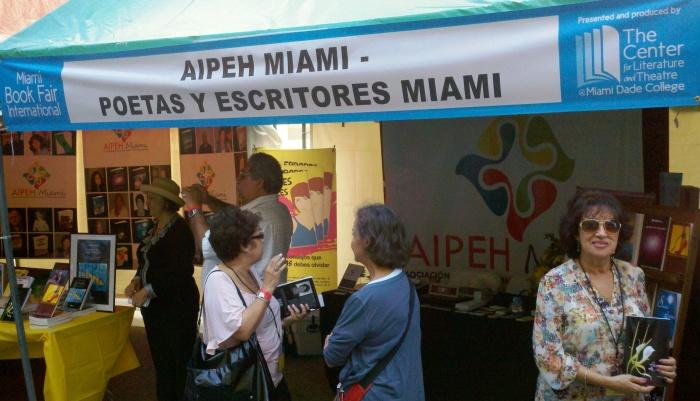 AIPEH MIAMI ofreció un espacio abierto para el público y los escritores que exhibieron sus obras.