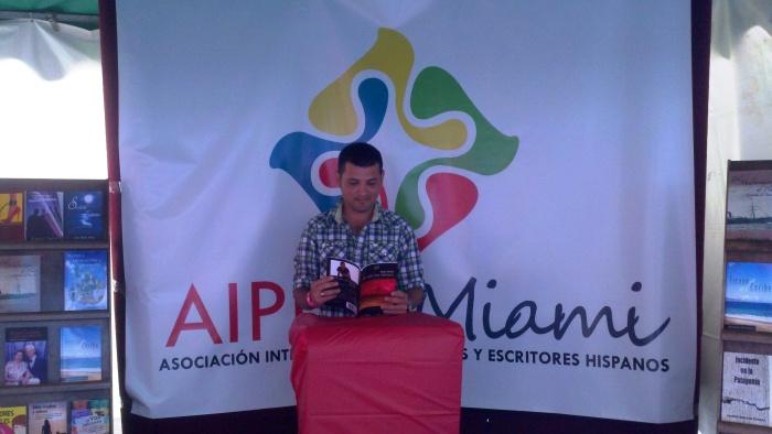 El poeta Dago Sasiga presentando su libro durante el recital poético.