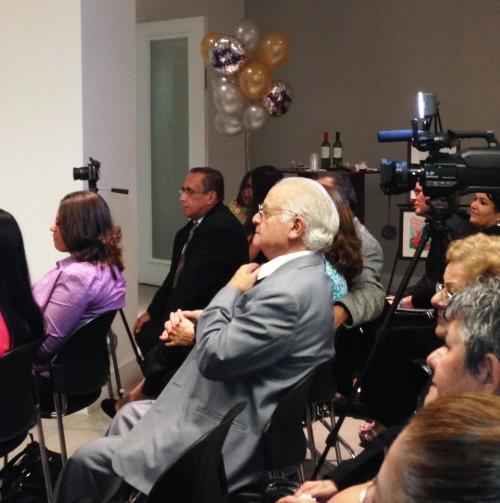 En esta foto aparece el doctor Orlando Alarcón, pianista y escritor. El Doctor Alarcón hizo la apertura con un recital de piano.