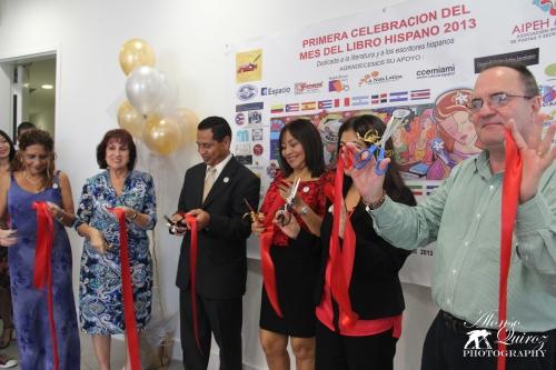 Corte de la Cinta en la Inauguración oficial de la Celebración Internacional del Mes del Libro Hispano 2013