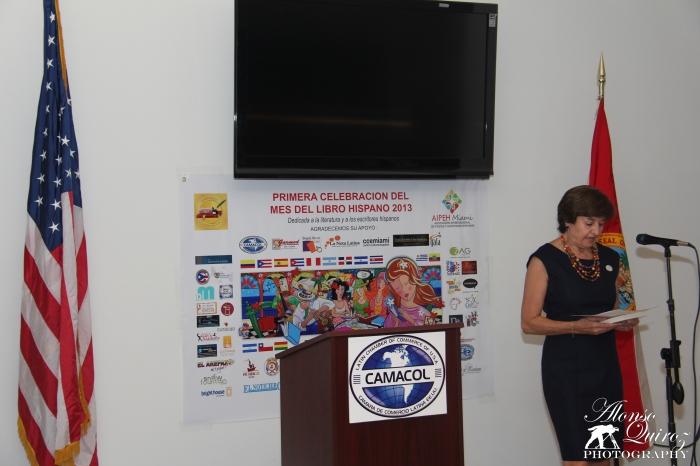 La escritora Isabel García presentando sus libros durante el evento de inauguración.